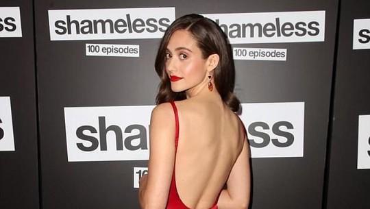 Gaun Merah Emmy Rossum nan Seksi