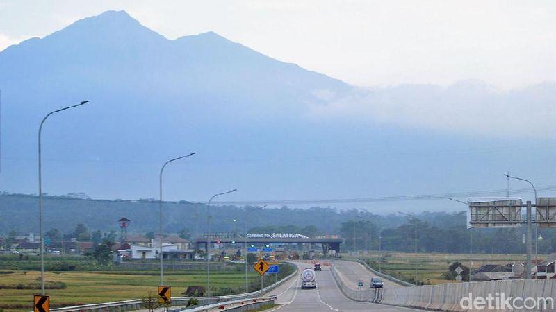 Pemudik yang pergi ke daerah Jawa Tengah bisa melewati Jalan Tol Salatiga dari Semarang. Tol ini pun kian populer karena panoramanya yang cantik (Randy/detikTravel)