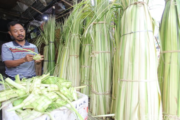 Pedagang ketupat menjajakan barang jualannya di Pasar Jatinegara, Jakarta, Senin (11/6/2018).