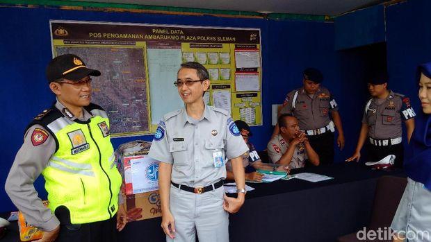 Petugas di Pos Pam Amplaz, Jalan Laksda Adisudjipto Sleman.