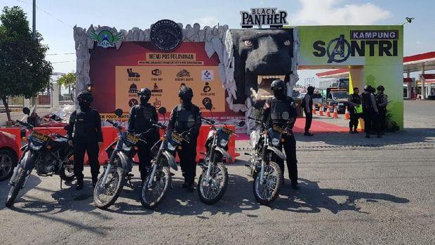 Tim URC Black Panther di depan kampung super hero