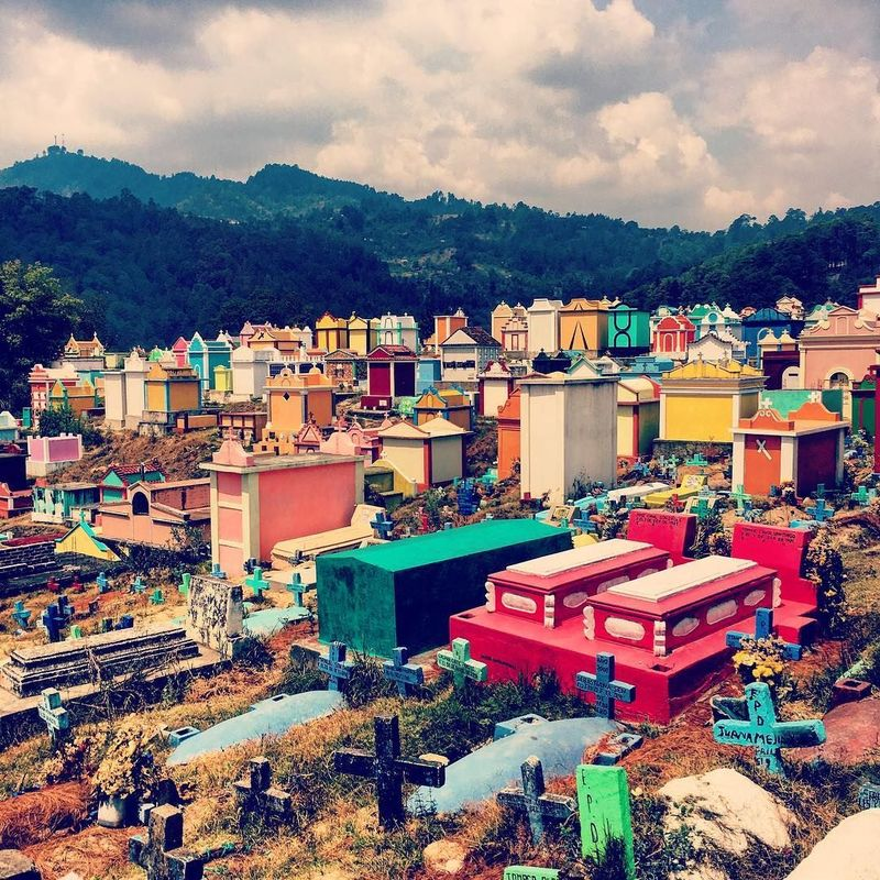 Guatemala memang punya tradisi menarik yang unik, seperti di Kota Chichicastenango ini. Kota ini punya pemakaman yang instagenik alias berwarna-warni. (edgy85/Instagram)