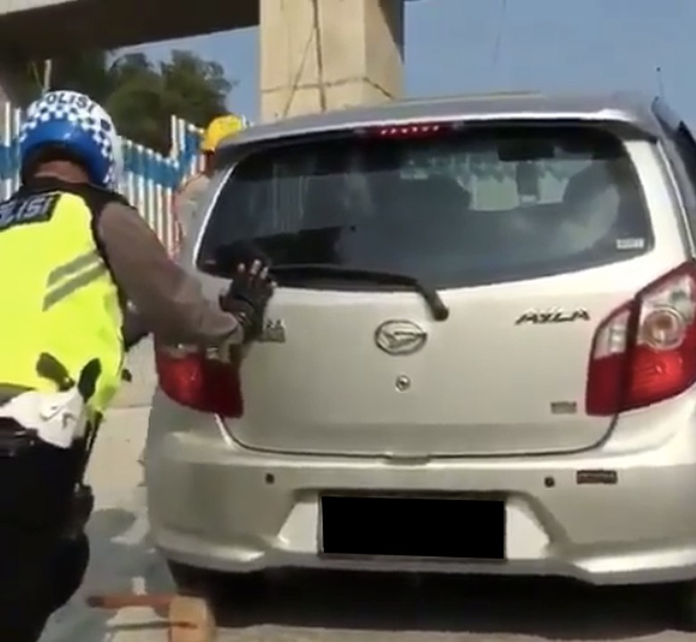 Mobil Ayla mogok di Kali Kenteng yang heboh di sosial media
