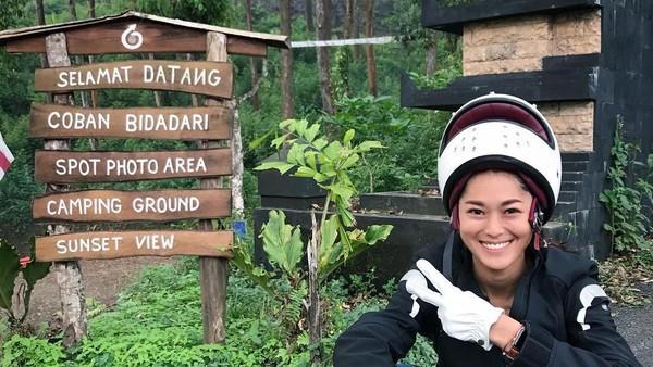 Wanita cantik ini telah merasakan traveling ke berbagai daerah di Indonesia (prisia/Instagram)