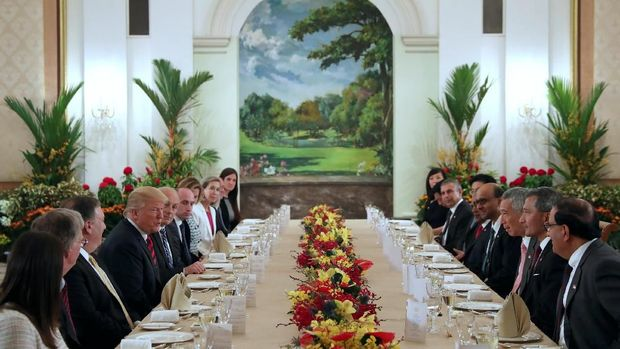U.S. President Donald Trump and his delegation have lunch with Singapore's Prime Minister Lee Hsien Loong and officials at the Istana in Singapore June 11, 2018.  REUTERS/Jonathan Ernst