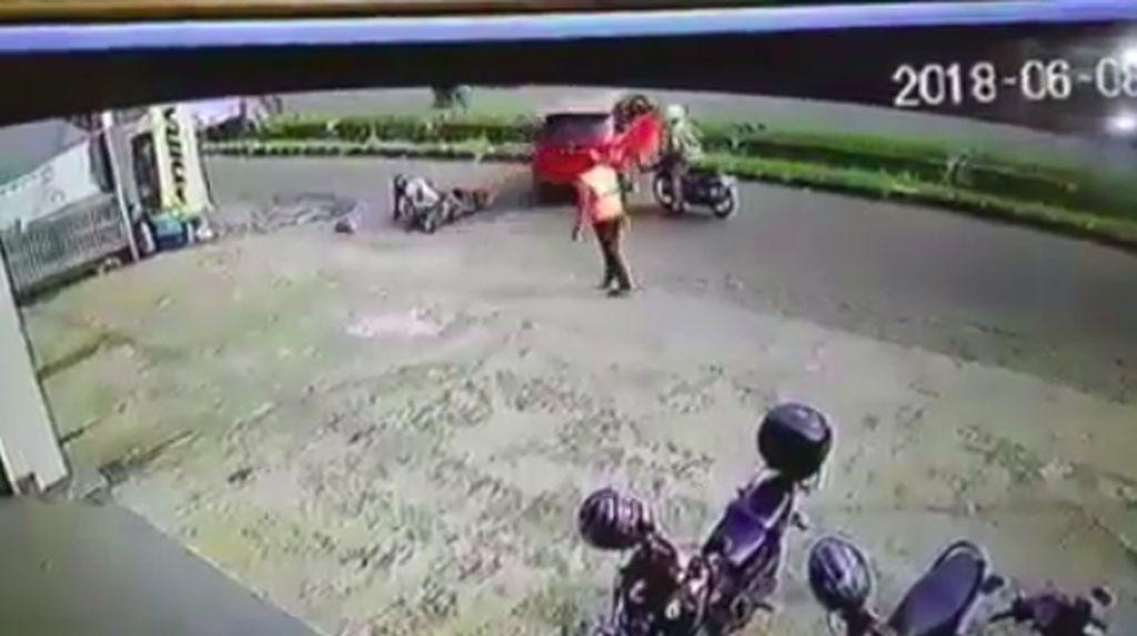 Salah Injak Pedal, Mobil Ini Malah Nyusruk ke Parit