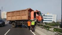 Penampakan Truk Sampah yang Hampir Terjun dari Tol di Jakut
