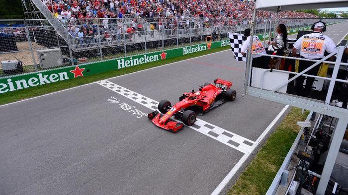 Bendera finis berkibar prematur di GP Kanada (Foto: Paul Chiasson/Pool via REUTERS)