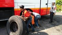 Kedapatan Tak Laik Jalan, Bus Dipaksa Ganti Ban di Tempat