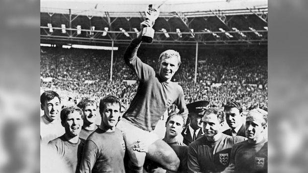 Gordon Banks (kiri) menjadi juara dunia bersama timnas Inggris pada 1966.