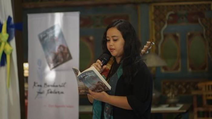 Putri Wiji Thukul Fitri Fitri Nganthi Wani meluncurkan buku kumpulan puisi Kau Berhasil Jadi Peluru di Yogyakarta.