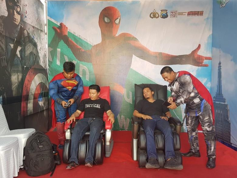Di Gresik, Pemudik Bisa Pijat Bareng Thor dan Superman