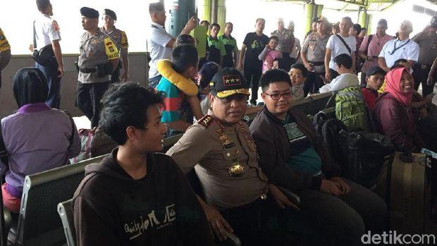 Wakapolri menjajal duduk bareng penumpang di Stasiun Gambir.