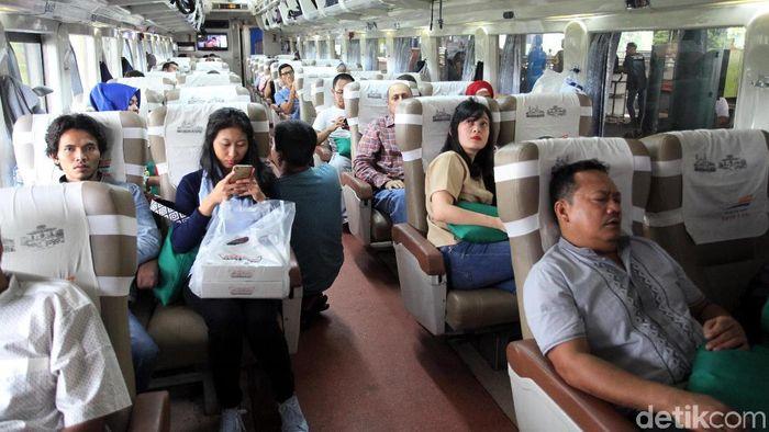 Peningkatan jumlah penumpang mudik kereta api jelang Hari Raya Idul Fitri tahun 2018 mulai terlihat di Stasiun Gambir, Jakarta Pusat, Senin (11/6/2018).