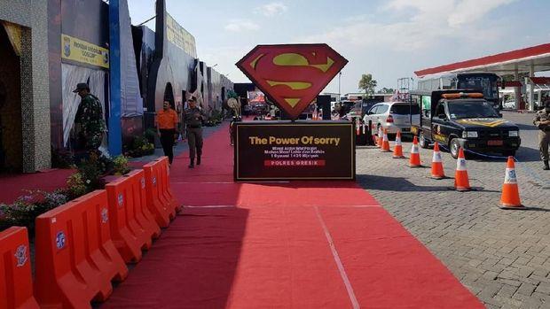Sebuah logo Superman di depan kampung super hero