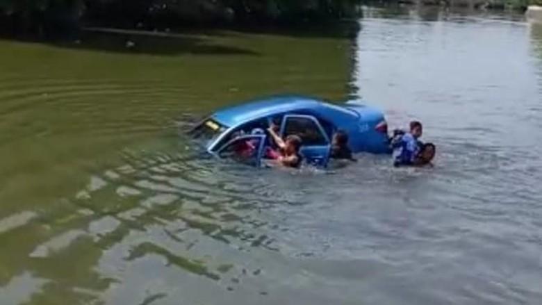 Viral Taksi Bawa Satu Keluarga Nyemplung ke Sungai di Sidoarjo