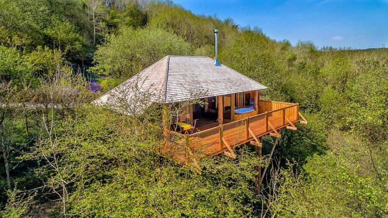 Ini Black Wolf Treehouse, rumah pohon keren yang ada di kawasan Devonshire, Inggris. Rumah pohon ini bisa disewa oleh wisatawan. (canopyandstars.co.uk)