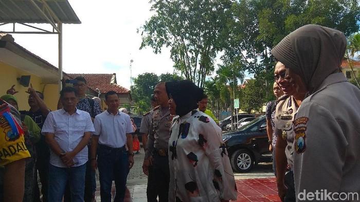 Risma saat mengunjungi anak-anak bomber dan terduga teroris Surabaya dan Sidoarjo. (Foto: Hilda Meilisa Rinanda/File)