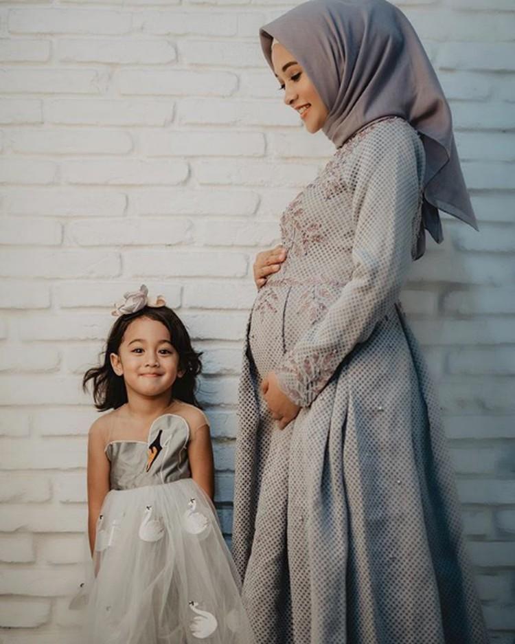 Hai Bunda, perkenalkan ini Khanza Aliyah Riphat, anak pertamanya Poppy Bunga. (Foto: Instagram @khanzariphat)