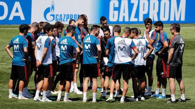 Timnas Spanyol dikejutkan oleh pergantian pelatih satu hari jelang Piala Dunia 2018 dimulai.