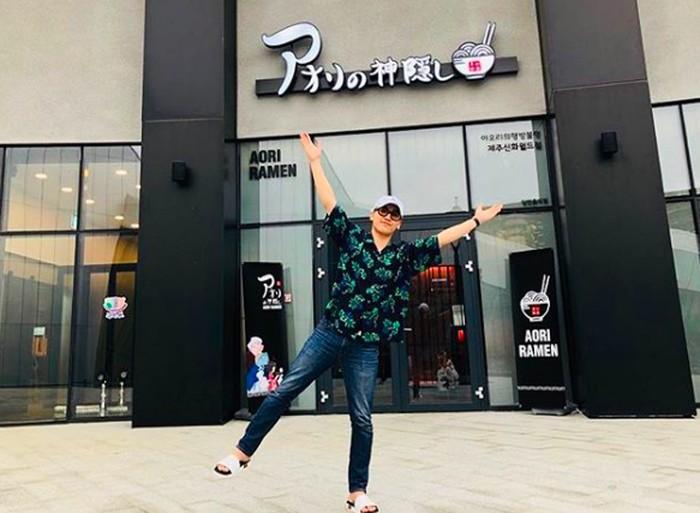 Pemilik nama lengkap Lee Seung-hyun ini rupanya pebisnis kuliner sukses. Ia adalah pemilik resto Aori Ramen yang punya puluhan cabang di Korea Selatan. Ini posenya saat membuka salah satu cabang Aori Ramen. Foto: Instagram seungriseyo