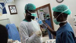 Viral! Potret Para Dokter Nigeria Berbuka Puasa di Tengah Proses Operasi