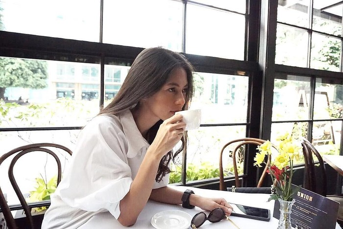 Friday coffee, tulis Paula. Duh, menyesap secangkir kopi aja wajahnya terlihat sangat anggun. Foto: Instagram paula_verhoeven