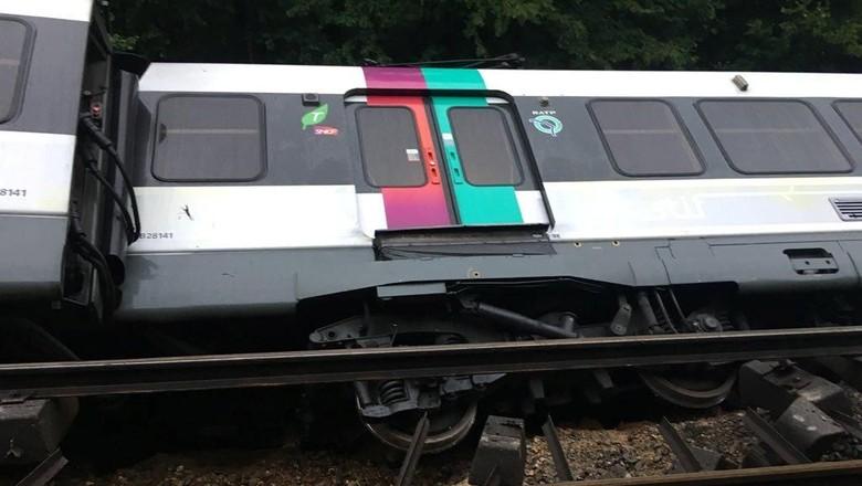Foto: Penampakan Kereta yang Tergelincir di Pinggiran Paris