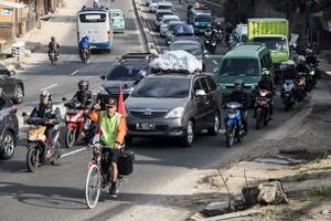 Luar Biasa! Pemudik ini Pulang Kampung Naik Sepeda