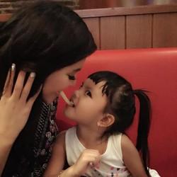 Saksikan Live Streaming Curhat Denada tentang Penyakit Anaknya
