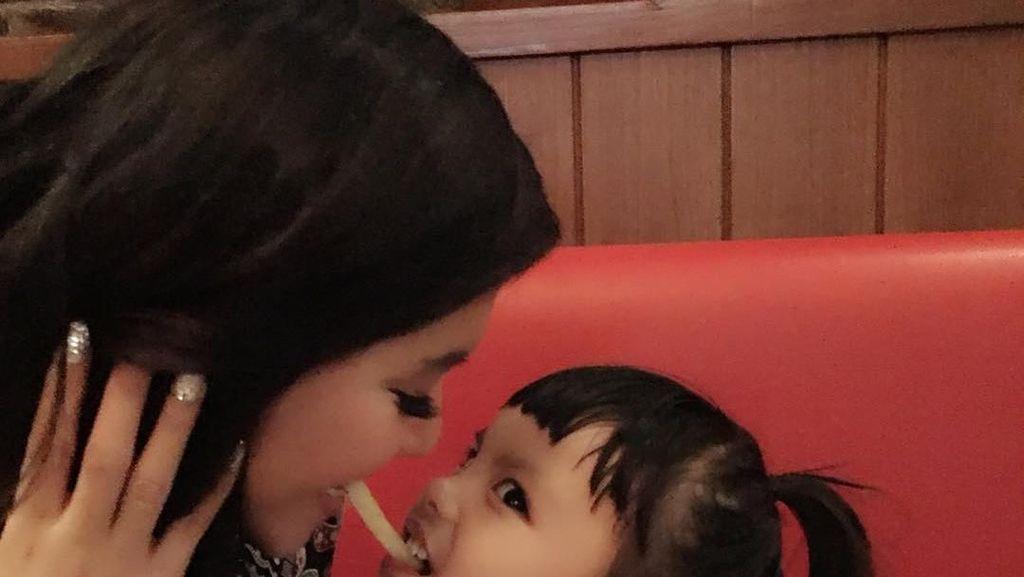 Jadi Hot Mama, Ini Potret Keren Denada Ketika Makan Bersama Sang Putri