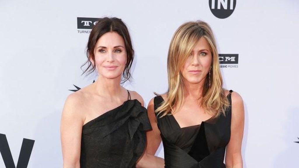 Foto: Adu Gaya Jennifer Aniston vs. Courteney Cox, Siapa Terbaik?