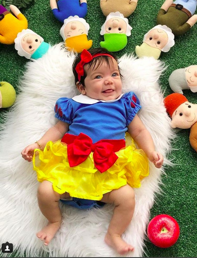 Happy banget Snow White cilik dikelilingi tujuh kurcaci. Awas, apelnya jangan dimakan ya, Nak. He-he-he. (Foto: Instagram/@umabelaventura)