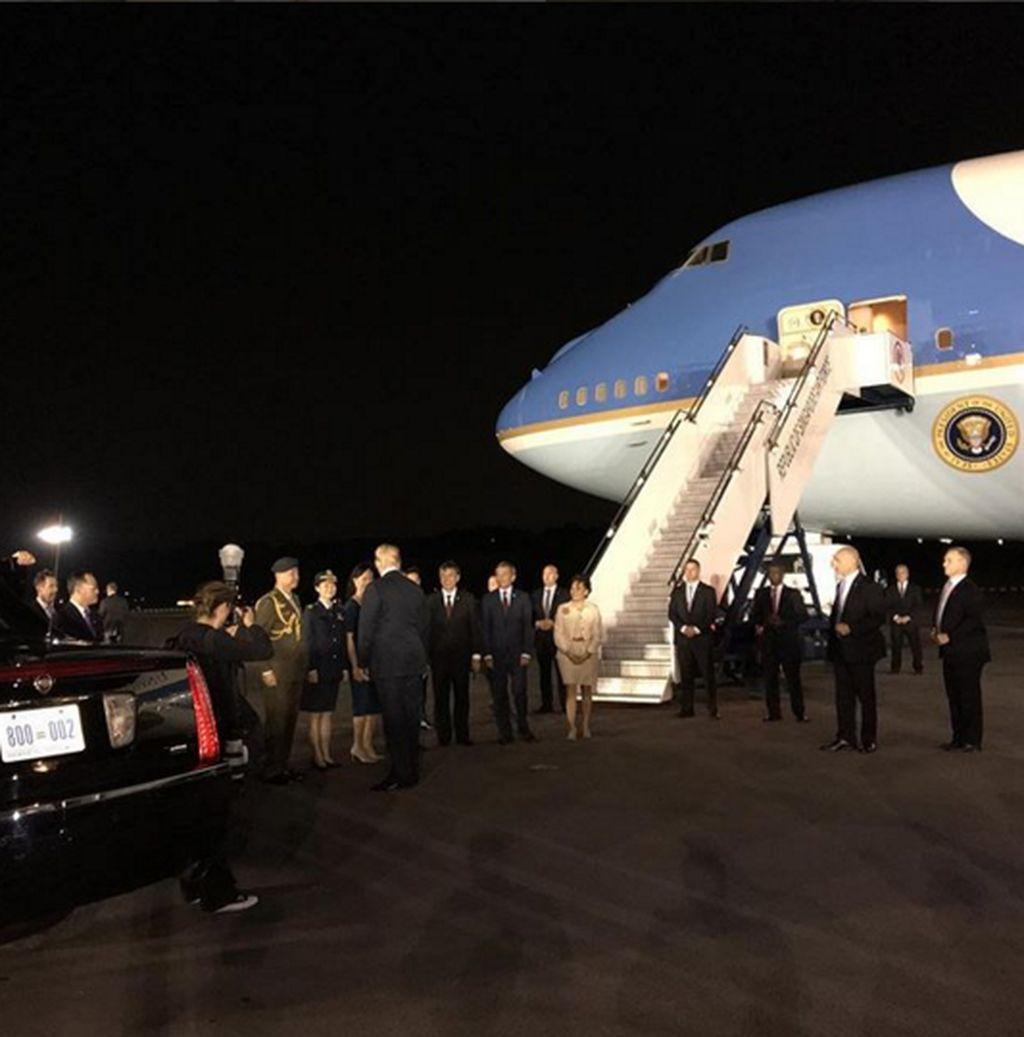 Lewat akun Instagram resminya @realdonaldtrump ia membagikan foto dirinya tiba di Singapura pada malam hari menggunakan pesawat Kepresidenan AS. (Foto: Instagram)