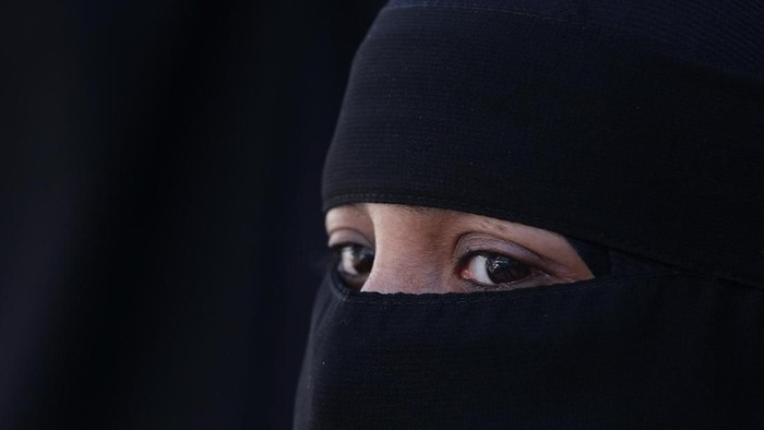 LONDON, ENGLAND - APRIL 11:  A woman wears an  Islamic niqab veil stands outside the French Embassy during a demonstration on April 11, 2011 in London, England. France has become the first country in Europe to ban the wearing of the veil and in Paris two women have been detained by police under the new law.  (Photo by Peter Macdiarmid/Getty Images)
