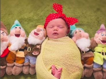 Ditemani para kurcaci, Baby Snow White yang satu ini nyenyak banget tidurnya. (Foto: Instagram/@stefany_stanyard_photography)