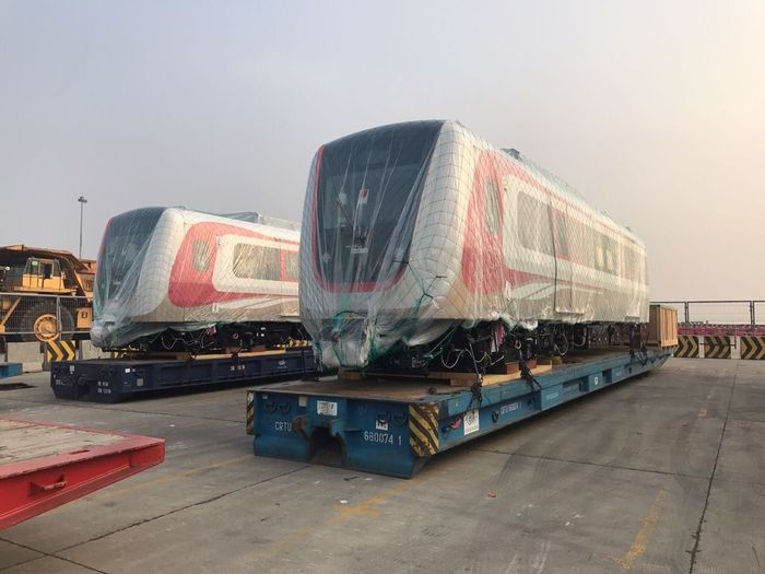 Enam gerbong atau tiga trainset kereta LRT Jakarta tersebut telah tiba pada Minggu, 10 Juni 2018 lalu. Keenamnya diangkut menggunakan kapal Turandot. Istimewa/ Dok. Jakarta Propertindo.