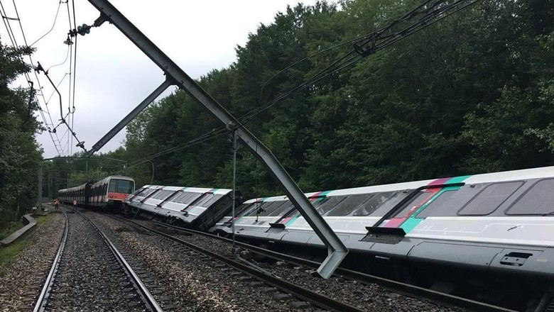 Kereta Tergelincir di Pinggiran Paris, 7 Orang Luka-luka