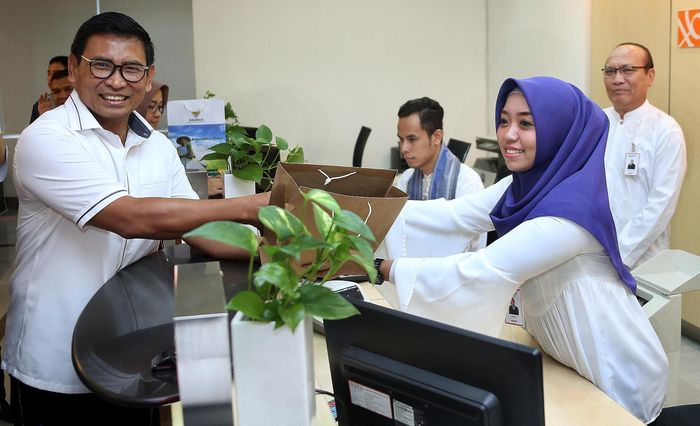 Direktur Bisnis Kecil dan Jaringan BNI Catur Budi Harto datang mengunjungi kantor cabang utama BNI Gambir di Jakarta, Senin (11 Juni 2018).