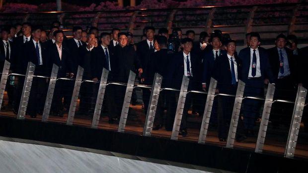 Kim dan rombongan di Jubilee Bridge