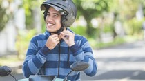 Kocak! 2 Pengguna Jalan Ini Pakai Helm Tanpa Motor