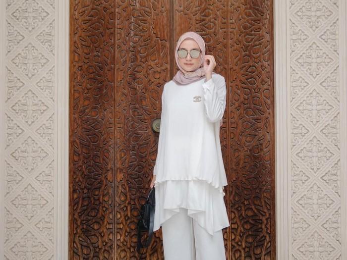 Padu Padan Blus Putih untuk Lebaran. Foto: Instagram/MegaIskanti