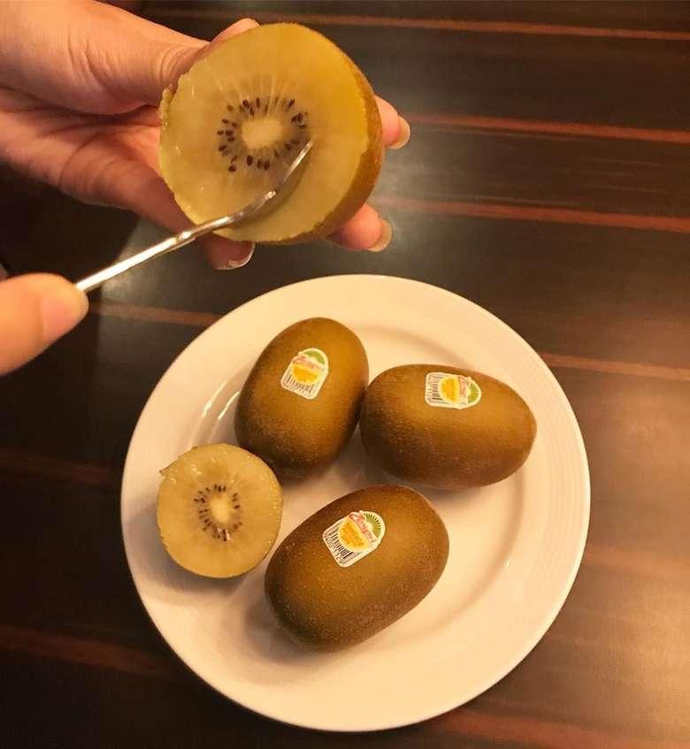 Tiap pagi menikmati buah kiwi yang bernutrisi tinggi, metabolisme tubuh terjaga, tubuh selalu bugar, tulis Alya. Wah ternyata ini rahasia kesehatan a la Alya yah. Foto: instagram @arohali