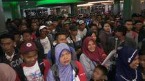 Arus Penumpang Masih Padati Pelabuhan Makassar