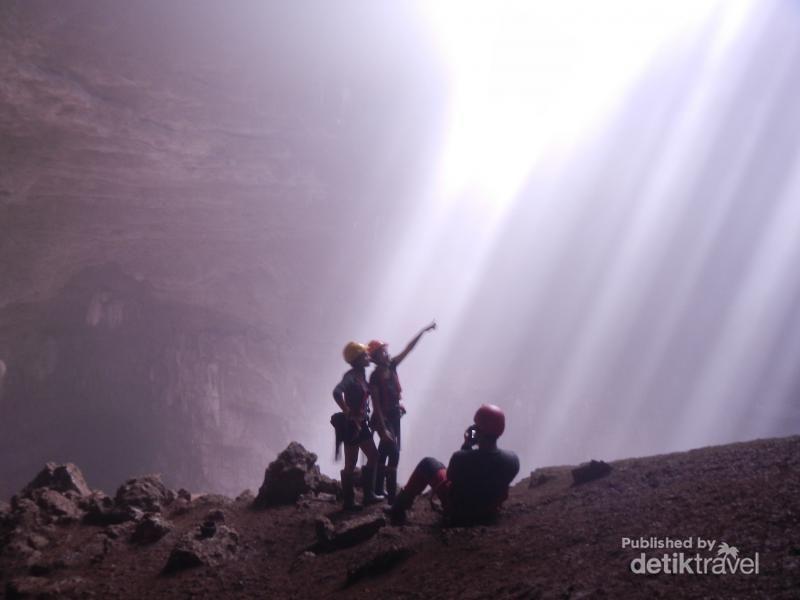 Gua Jomblang berada di Gunungkidul yang masuk kawasan Geopark Gunung Sewu. Nama Gua Jomblang sudah terkenal sebagai destinasi favorit wisatawan dalam dan luar negeri (Indra Wijaya/dTraveler)
