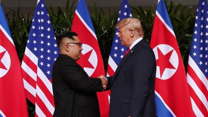 Kim Jong Un dan Donald Trump melakukan jabatan tangan bersejarah. Foto: REUTERS/Jonathan Ernst