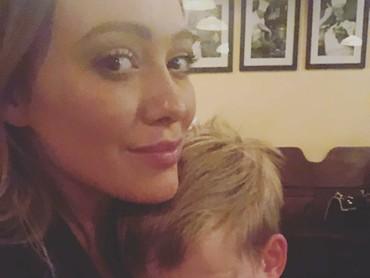 Walaupun sudah berusia 6 tahun, bocah bernama lengkap Luca Cruz Comrie ini masih senang tidur di pelukan ibunya. (Foto: Instagram/hilaryduff)
