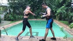 Baim Wong pamer kekasih baru di Instagram. Ternyata wanita itu adalah model profesional Paula Verhoeven yang doyan banget olahraga.