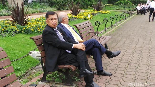 Foto: Wapres JK bersantai di taman di Tokyo. (Niken-detikcom)