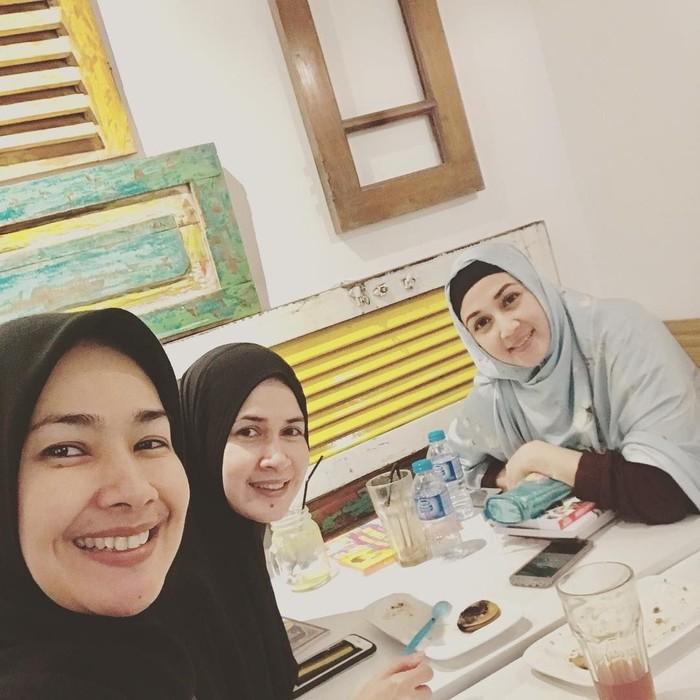 Bersama dua sahabatnya, Alya menghabiskan waktu untuk melepas rindu sambil menyantap makanan di restoran. Tapi foto ini diambil setelah selesai makan nih, yang tersisa hanya sepotong kue saja. Foto: instagram @arohali
